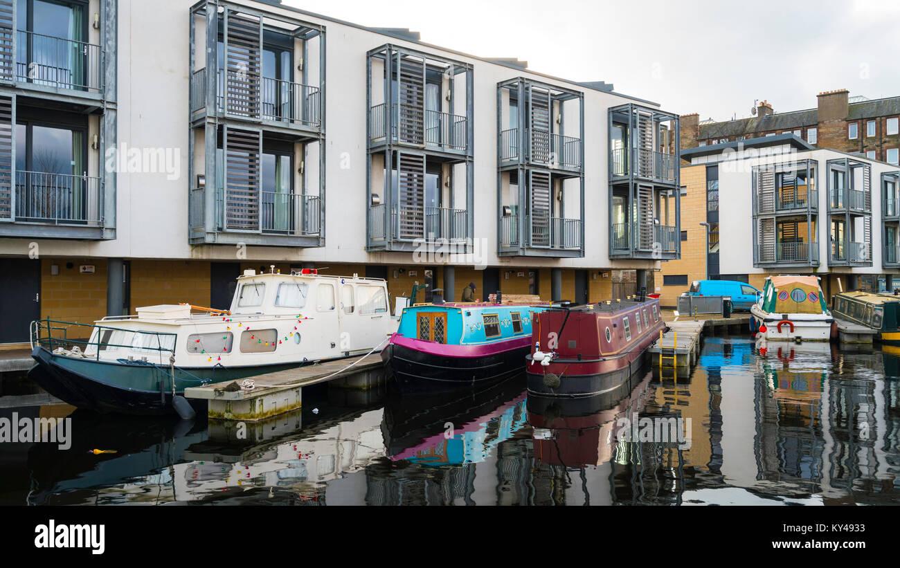 Voir de nouveaux appartements côté canal et bateaux étroits à Lochrin Basin sur Union Canal Photo Stock