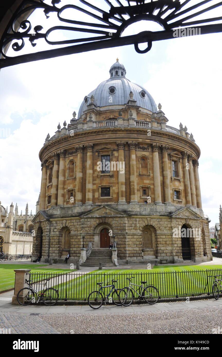 Extérieur de la Radcliffe Camera bibliothèque avec des vélos en premier plan, Oxford, England, UK Photo Stock