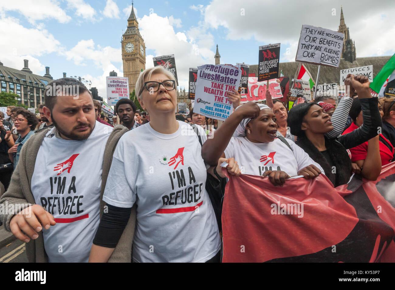 Personnes à l'avant de la 'réfugiés' Bienvenue ici en mars Place du Parlement: Photo Stock