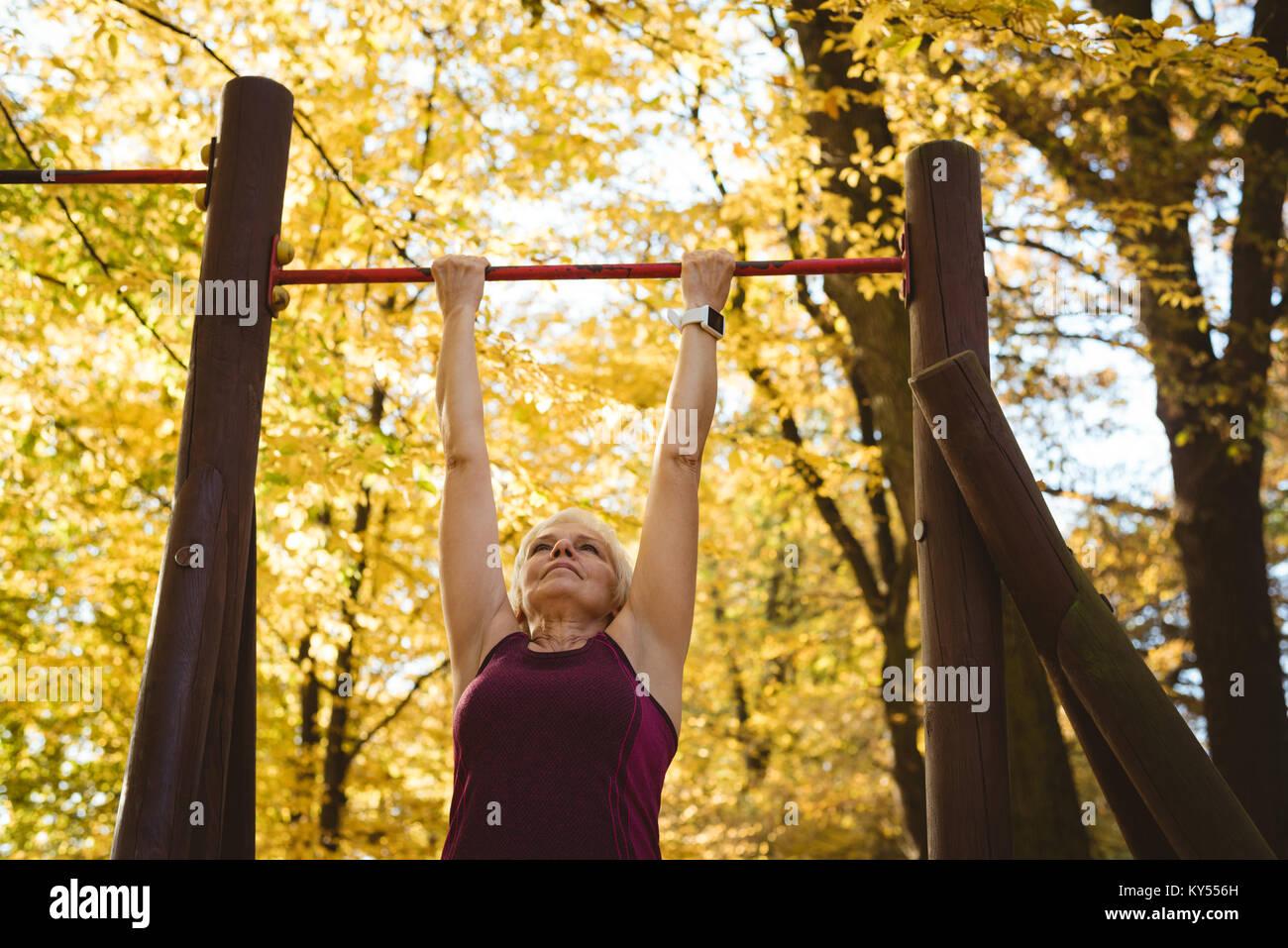 Senior woman pratiquer de l'exercice dans le parc Photo Stock