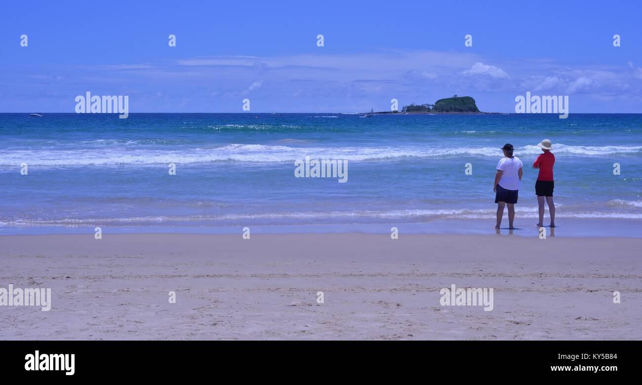 Les retraités se détendre sur la plage, regardant la mer, Mudjimba beach, Sunshine Coast, Queensland, Photo Stock