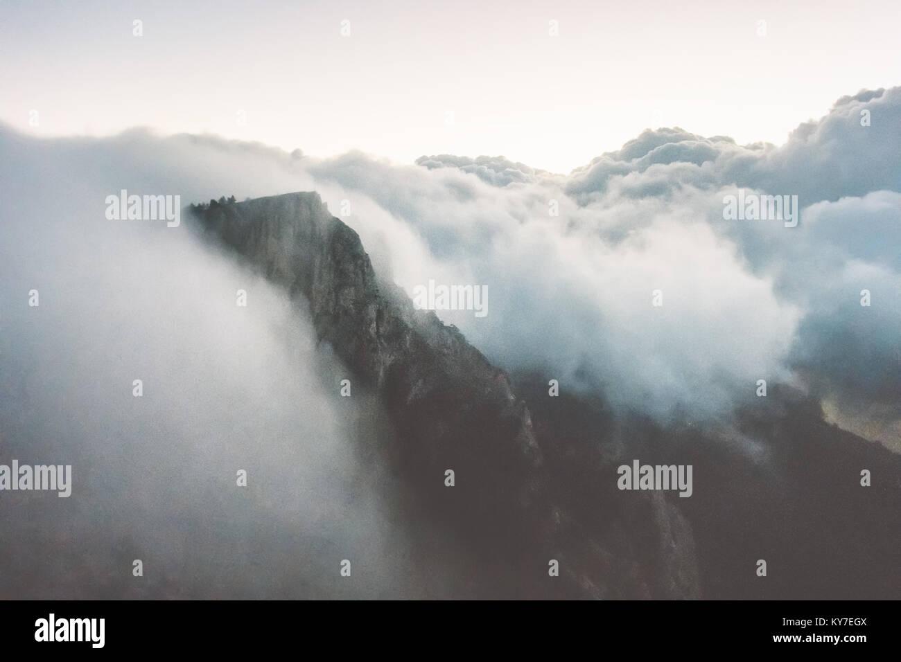 Montagnes Rocheuses et falaise nuages tempête Voyage Paysage vue aérienne paysage serein de la nature Photo Stock