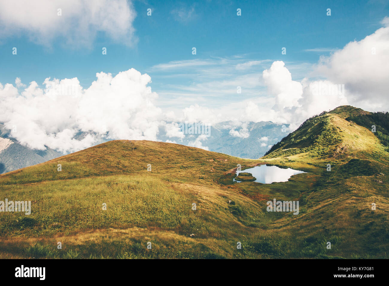 Lac et montagnes paysage nuages été voyage serein vue aérienne panoramique scène atmosphérique Photo Stock