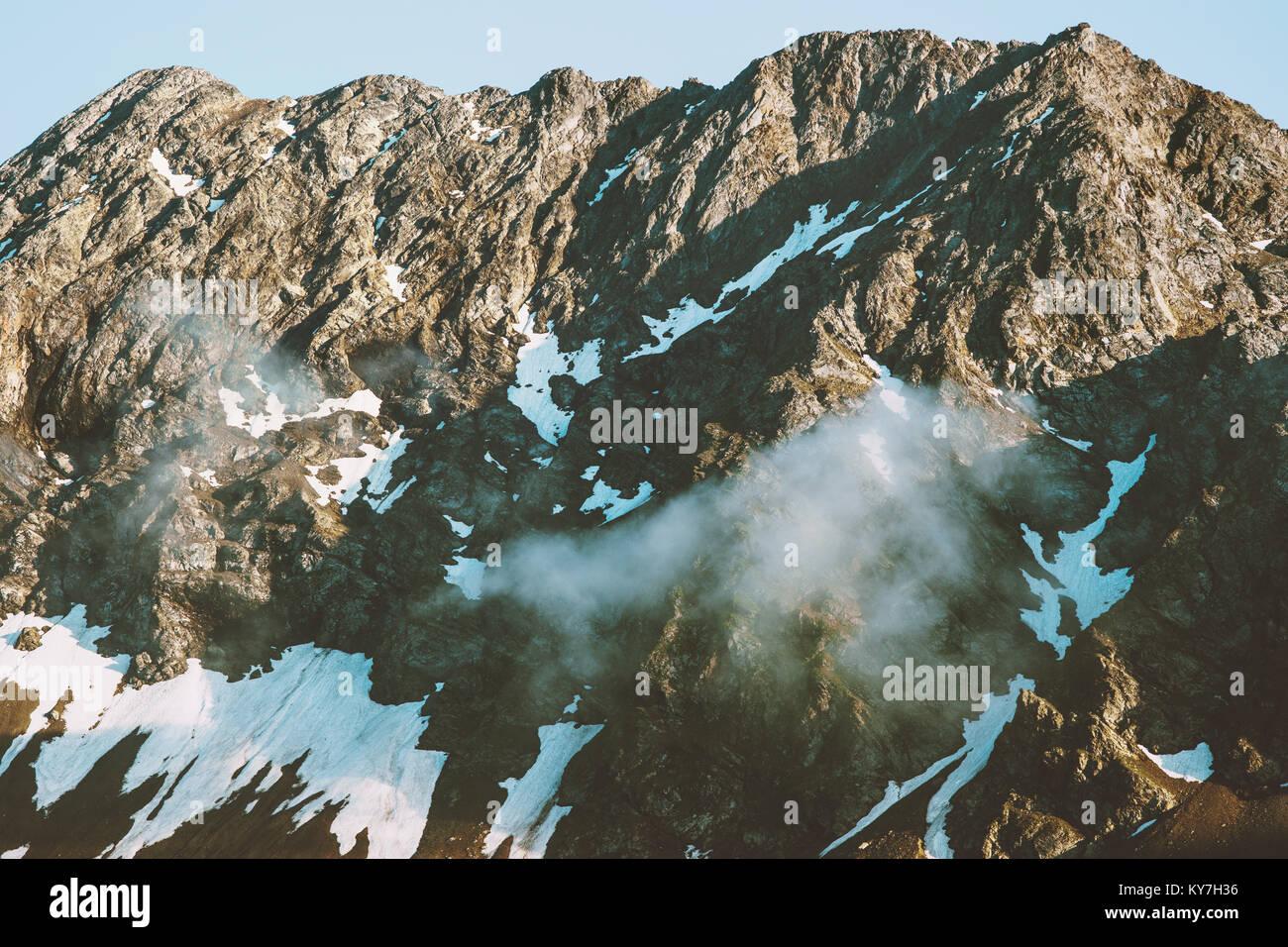Montagnes Rocheuses et les nuages vue aérienne paysage été voyage nature sauvage de beaux paysages Photo Stock