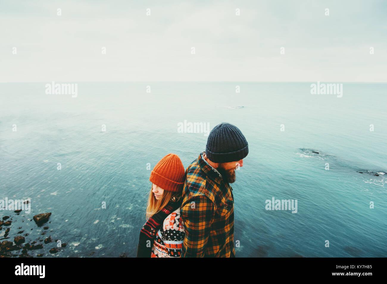 Couple in love l'homme et la femme debout dos à dos au-dessus de la mer voyageant ensemble heureux concept Photo Stock