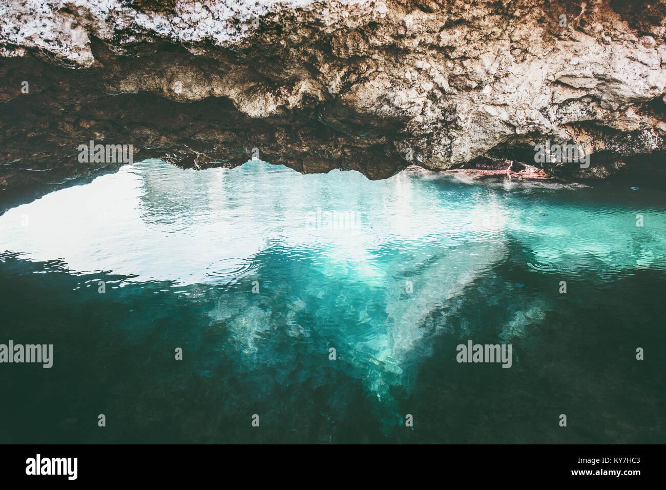 Mer bleue et calme paysage grotte rocheuse et la tranquillité vue panoramique vacances voyage tropical island Photo Stock