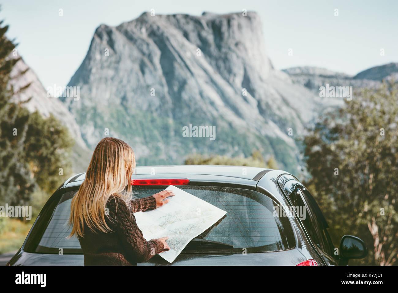 Femme voyageant en voiture sur la route avec la carte route de planification de concept de vie vacances d'aventure Photo Stock
