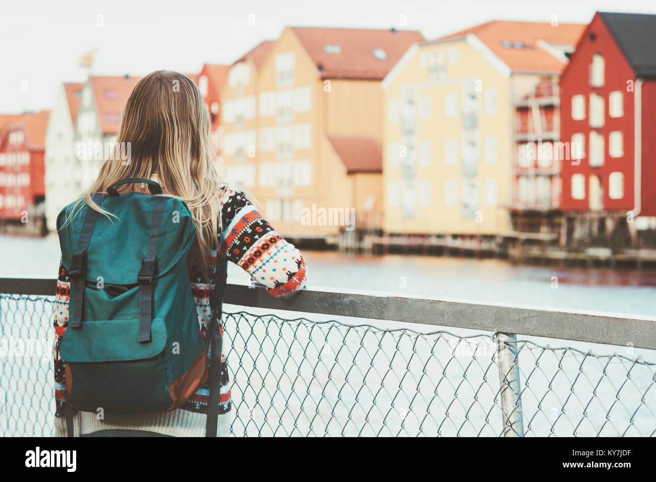 a5d61999cd Sac à dos femme touristique avec visites à pied dans la ville de Trondheim  en Norvège vacances Voyage de fin de vie de plein air des maisons de mode  ...
