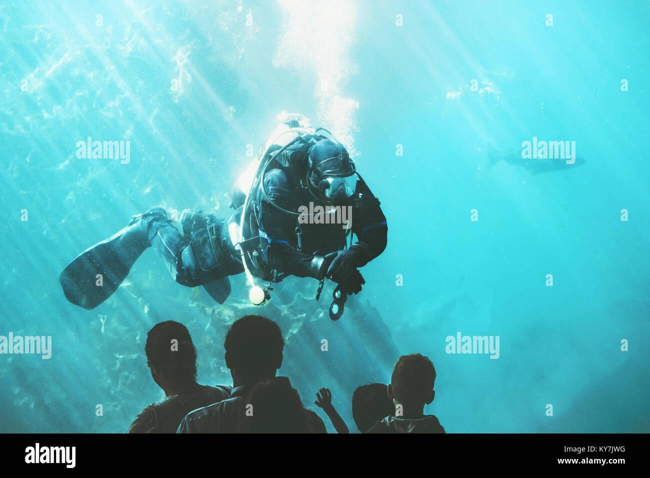Sous-marin Plongeur dans l'aquarium poisson divertissement attraction touristique personnes méconnaissables Photo Stock
