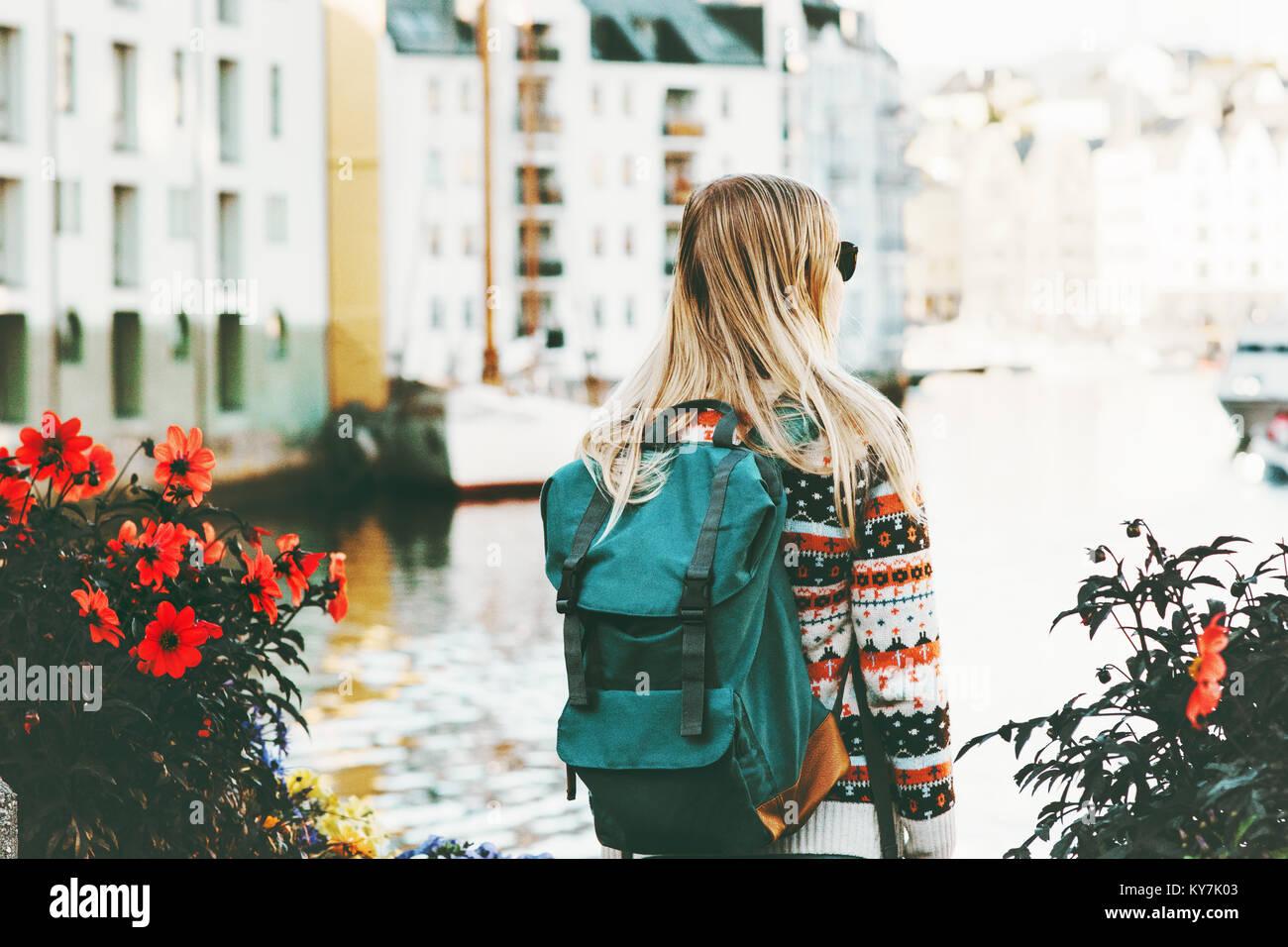 ee95bcd21b Femme avec sac à dos de randonnée en Norvège vacances ville Voyage de fin  de vie en plein air de la mode