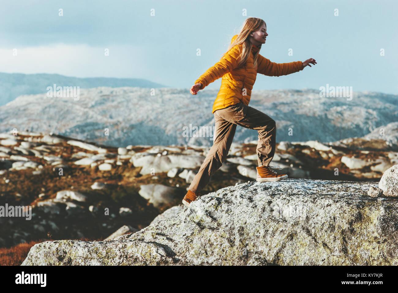 Happy Woman outdoor dans les montagnes de vie sain Voyage aventure concept des émotions positives et de motivation vacances actives en Norvège Banque D'Images