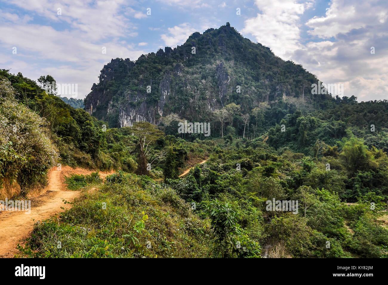 Paysage rural dans le village de Muang Ngoi dans le Nord du Laos Photo Stock