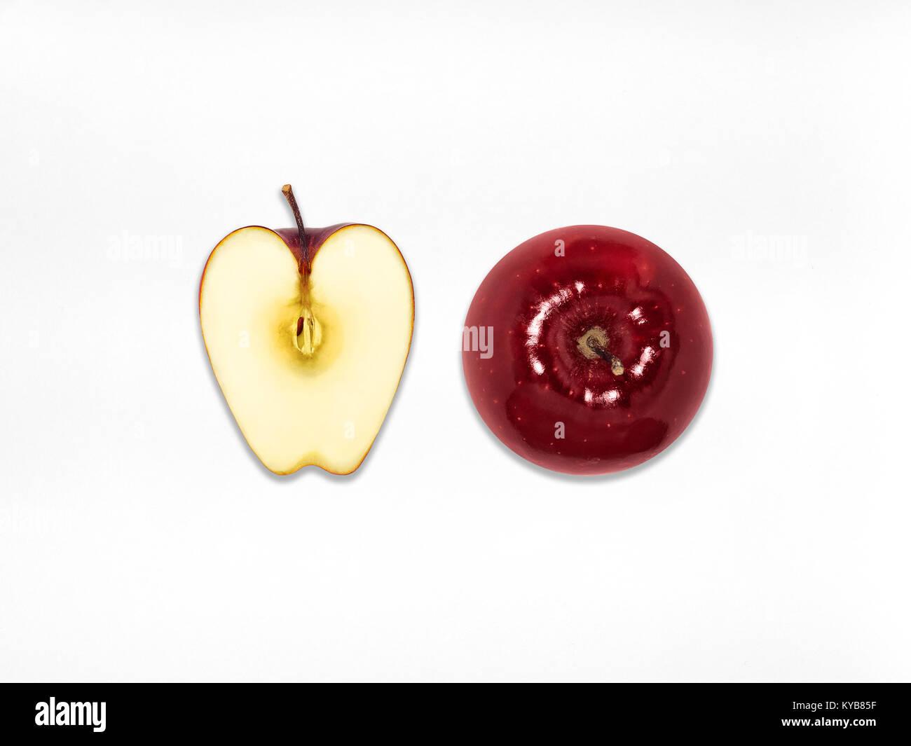 Pomme Rouge Vue de dessus toute une juteuse pomme rouge et la moitié d'apple sont couché sur un fond Photo Stock