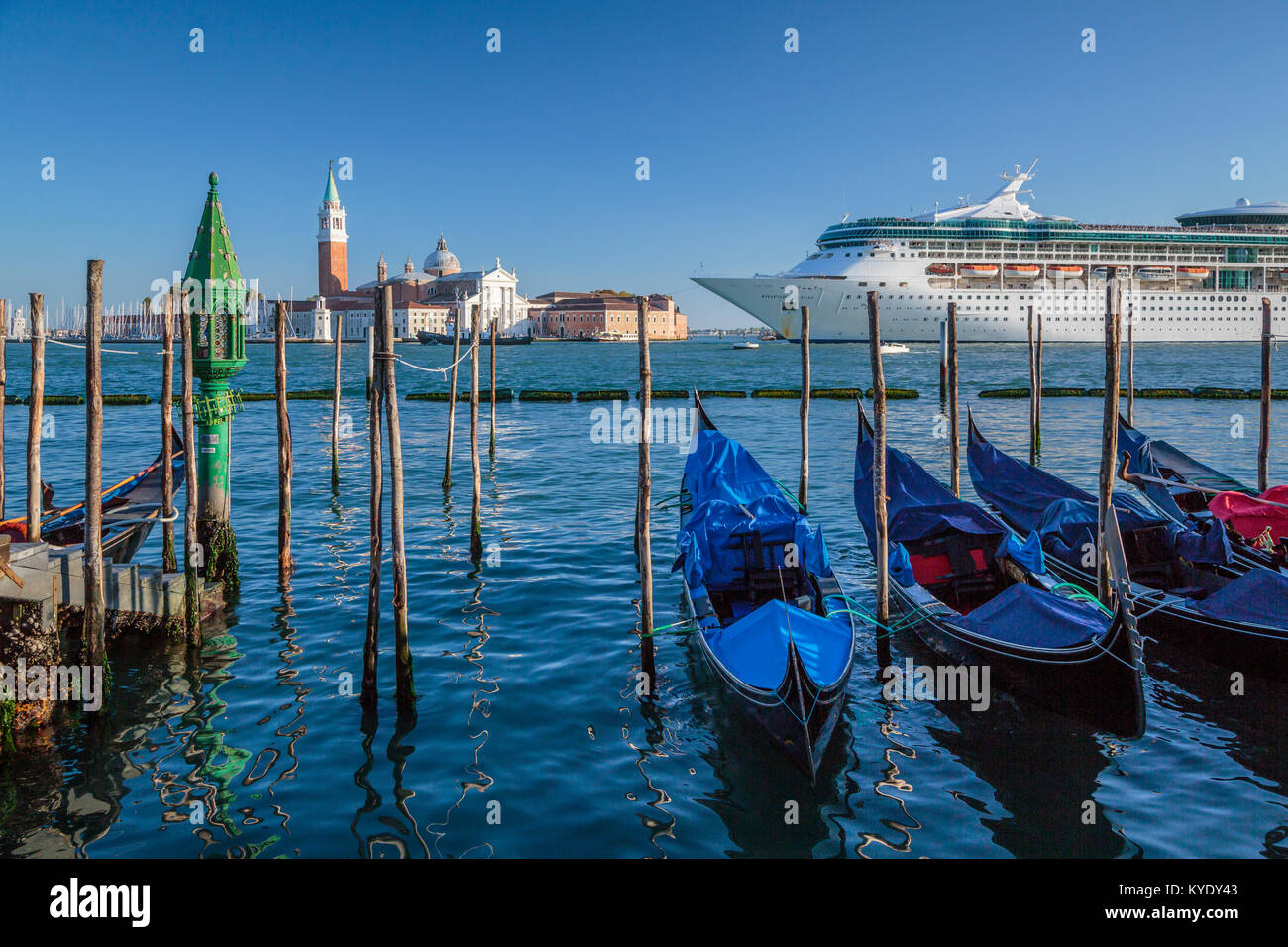 Le bateau de croisière Royal Caribbean Rhapsody of the Seas et gondoles en Vénétie, Venise, Italie, Photo Stock