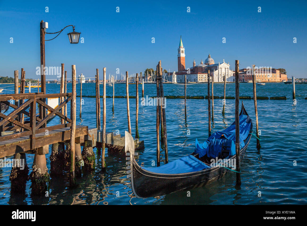 Gondoles et mis en garde l'église de San Giorgio Maggiore en Vénétie, Venise, Italie, Europe, Banque D'Images