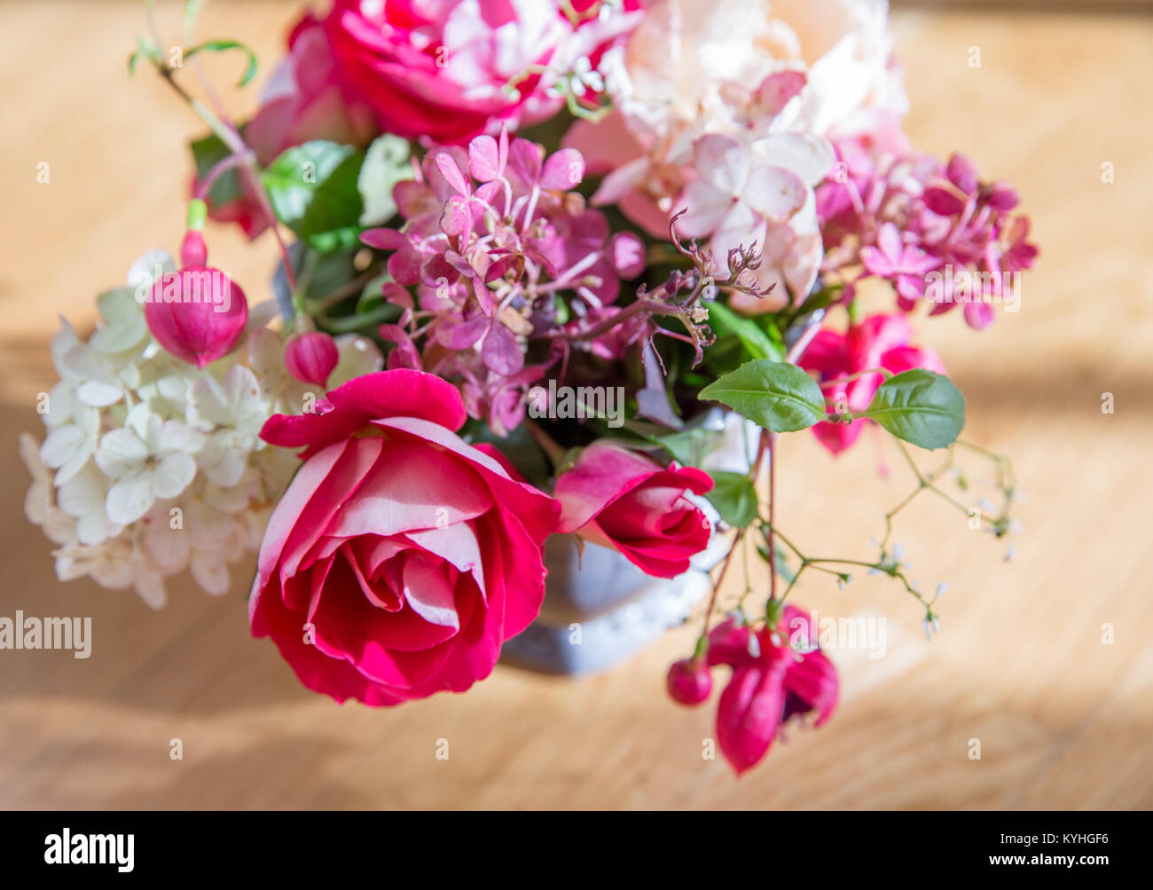 carte de vœux, bouquet de roses anciennes, hortensias, fuchsia. dans