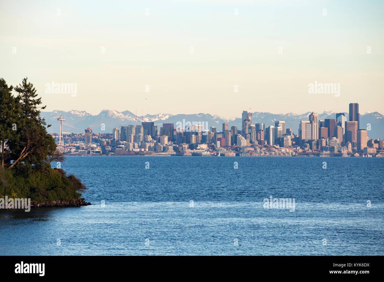Seattle Space Needle et Seattle skyline et le front de mer de Seattle. Photo Stock