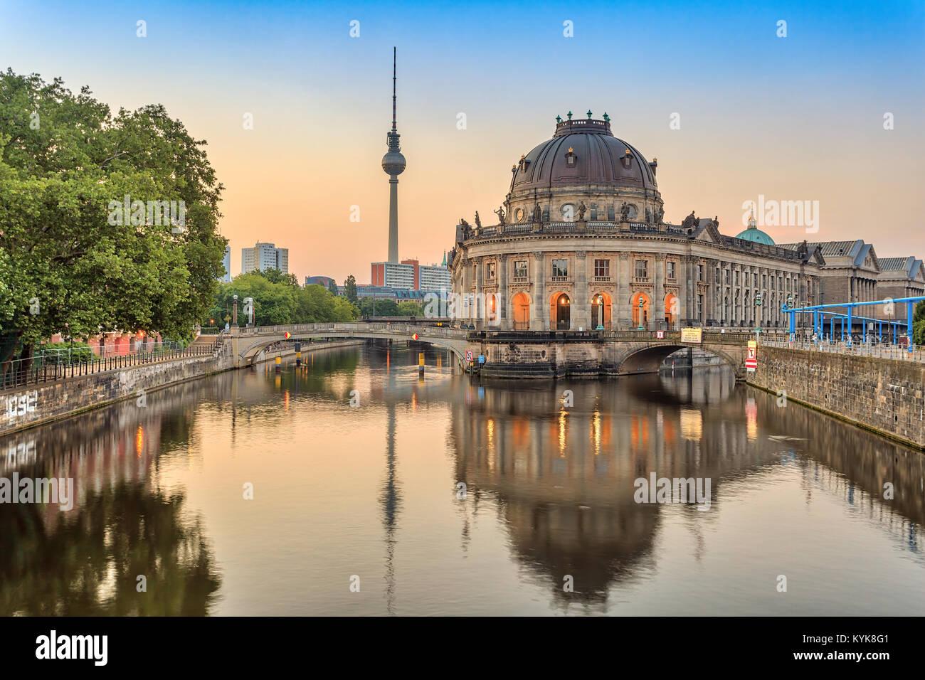 Lever du soleil sur les toits de la ville de Berlin à la rivière Spree, Berlin, Allemagne Photo Stock