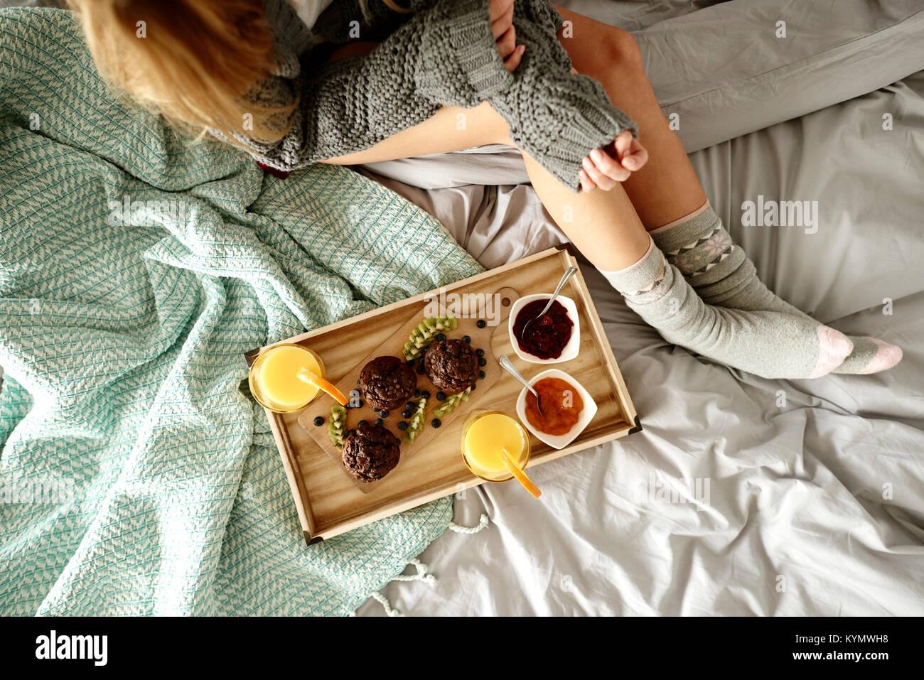 Méconnaissable et petit déjeuner le femme bed Photo Stock