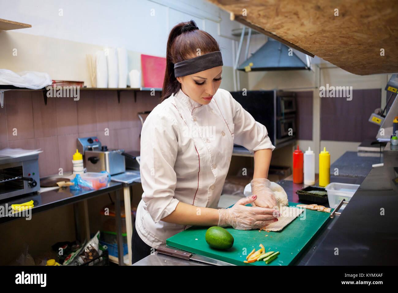 Femme chef de préparer un restaurant de sushi dans la cuisine Photo Stock