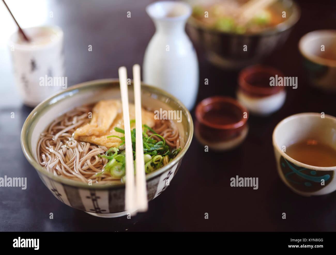Bol de nouilles soba avec Ramen et le tofu sur une table dans un restaurant japonais, Kyoto, Japon. Photo Stock