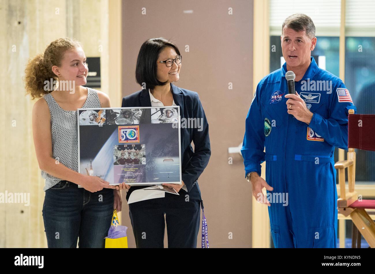 L'astronaute de la NASA Shane Kimbrough présente un montage de photos et de l'Expédition 50 patch Photo Stock