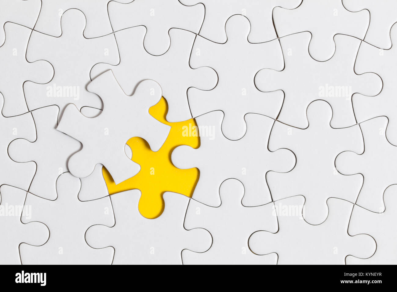 Pièces de puzzle puzzle blanc sur fond jaune. Solution Business concept Photo Stock