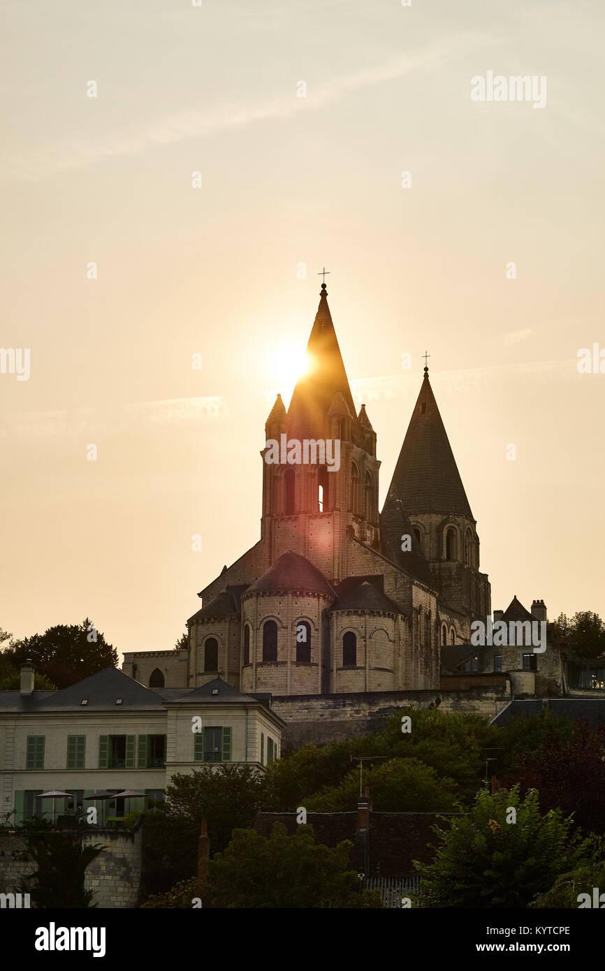 Les clochers de l'église de St Ours à coucher de soleil sur la Cité Royale de Loches, dans la Photo Stock