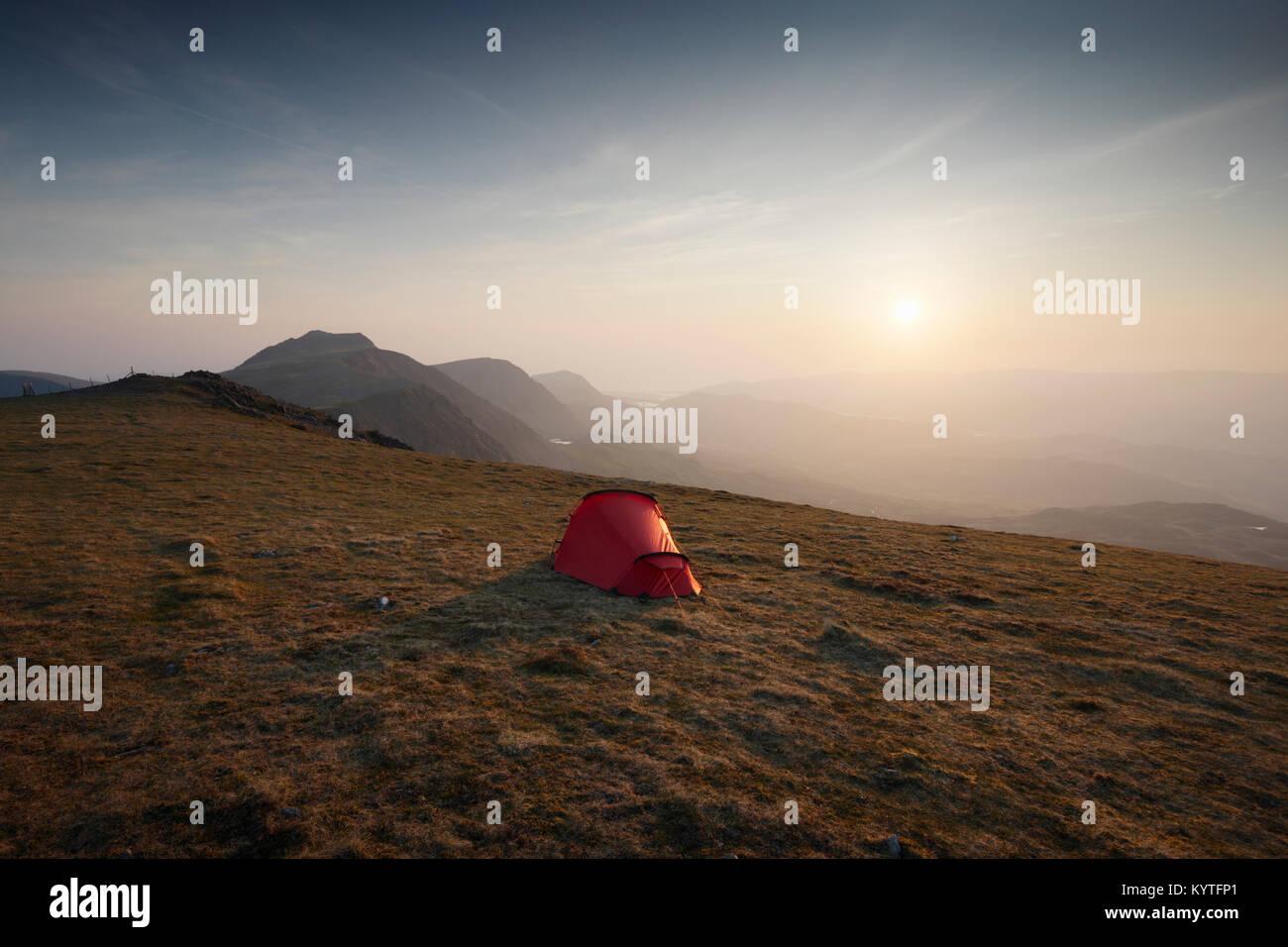 Camping sauvage sur le Moel Mynydd, partie de la massif Cadair Idris. Le Parc National de Snowdonia. Le Pays de Photo Stock