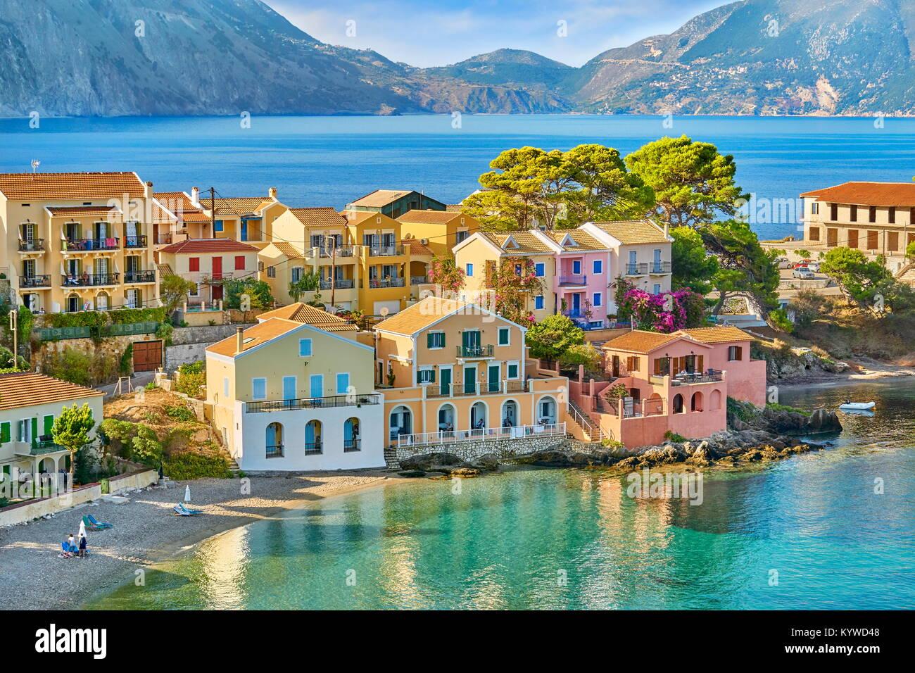 Maisons colorées dans le village d'Assos, l'île de Céphalonie, Grèce Photo Stock
