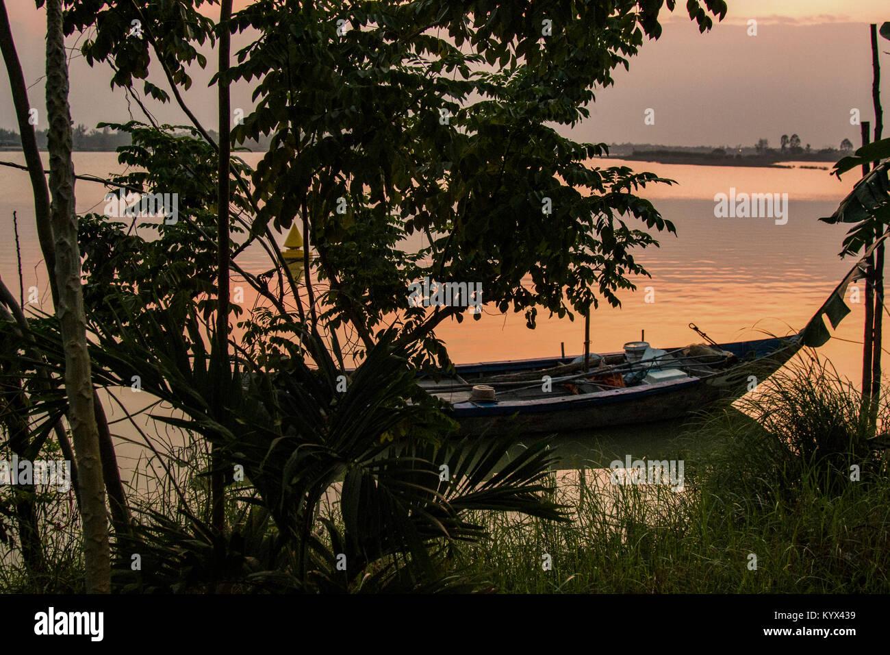 Bateau sur la rivière Thu Bon - Rivière Thu Bon commence à une altitude de 2 500 mètres dans Photo Stock