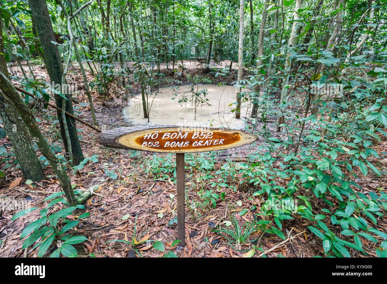 B52 cratère de bombe à l'emblématique, réseau de tunnels de Cu Chi Tunnels Vietcongs cachés, une attraction touristique de premier plan, Saigon (Ho Chi Minh Ville), le sud Vietnam Banque D'Images