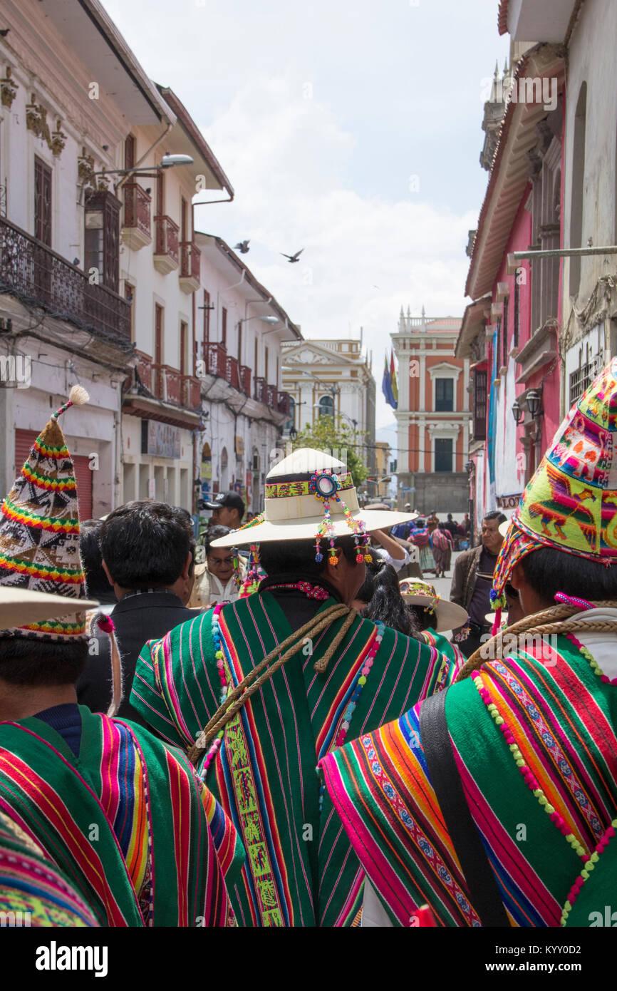 Vue arrière de personnes portant des vêtements traditionnels en ville Photo Stock