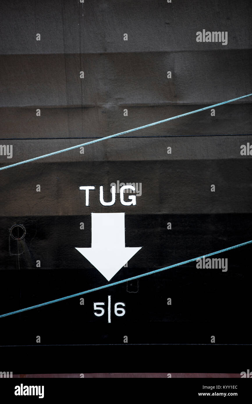 Close-up de texte remorqueur avec symbole de flèche sur le bateau Banque D'Images