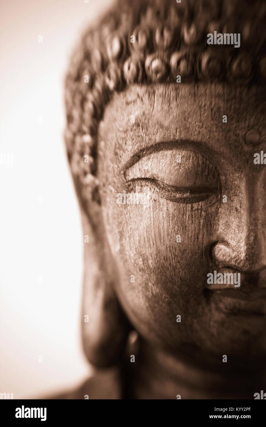 C'est un gros plan d'un antique sculpture sur bois d'une sculpture de Bouddha avec l'accent sur Photo Stock