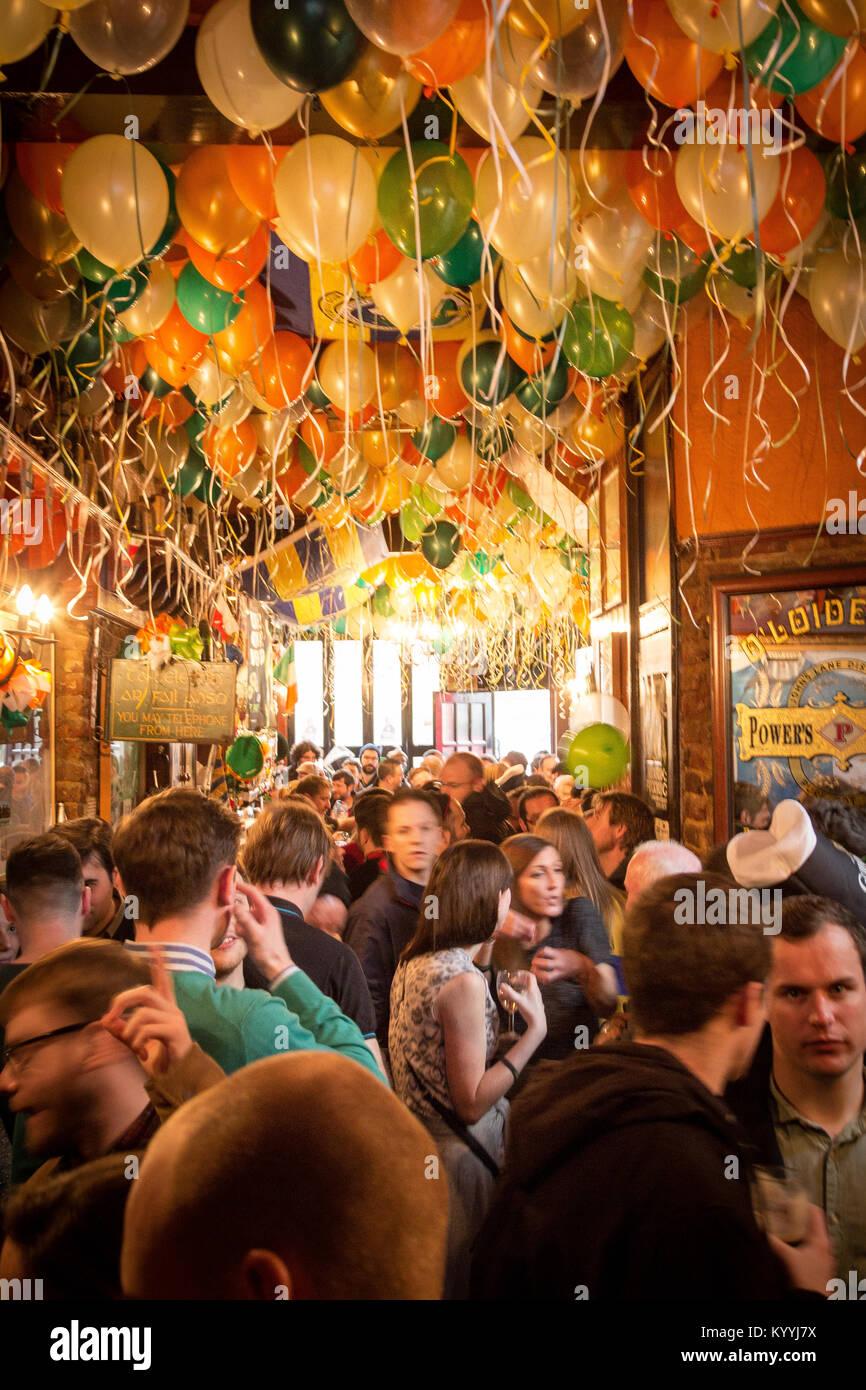 St Patrick's Day celebration dans le pub irlandais, Stoke Newington, Londres UK 2013 Banque D'Images