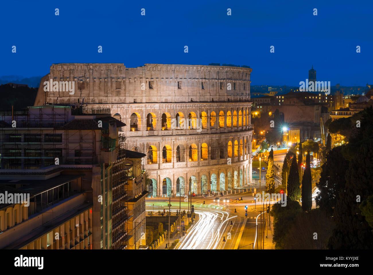 Le Colisée, Rome, Italie la nuit Photo Stock