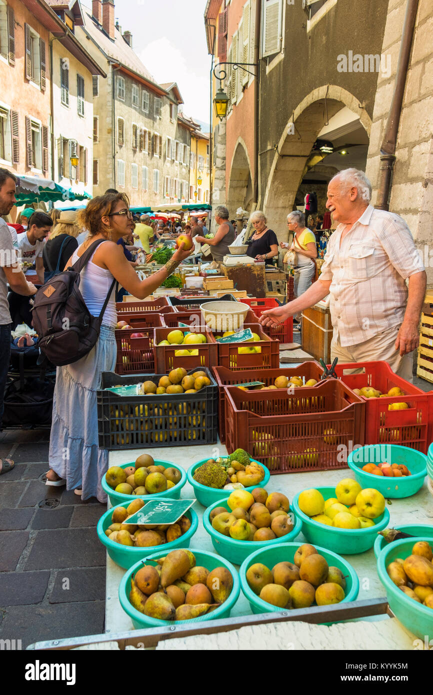 Au Dimanche de la rue du marché à Annecy, Haute Savoie, France, Europe Photo Stock