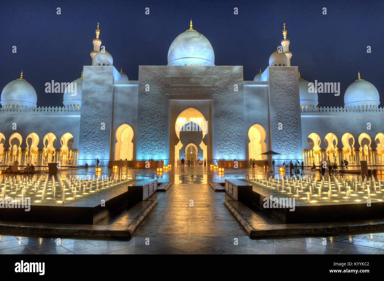 ABU DHABI, EMIRATS ARABES UNIS - DEC 31, 2017: l'extérieur de la mosquée Sheikh Zayed à Abu Dhabi dans le crépuscule. Banque D'Images