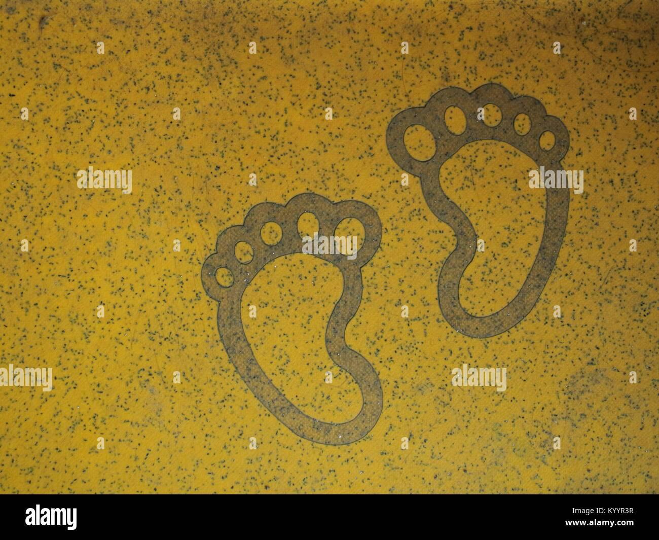 Deux pieds sur le plancher de sécurité jaune Banque D'Images