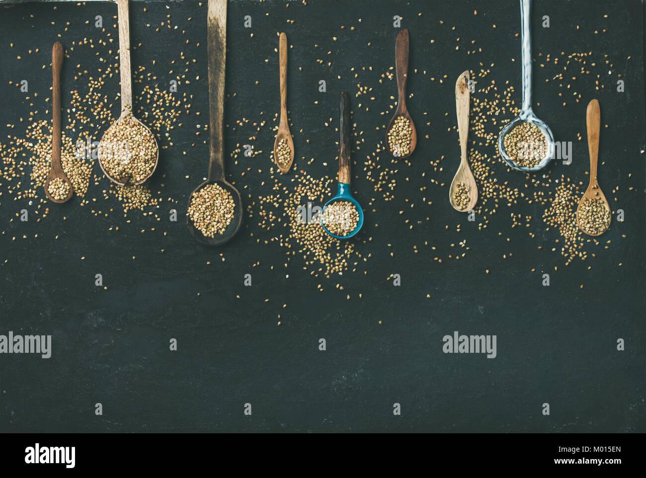 Divers cuisine vintage des cuillères et des grains de sarrasin vert Banque D'Images