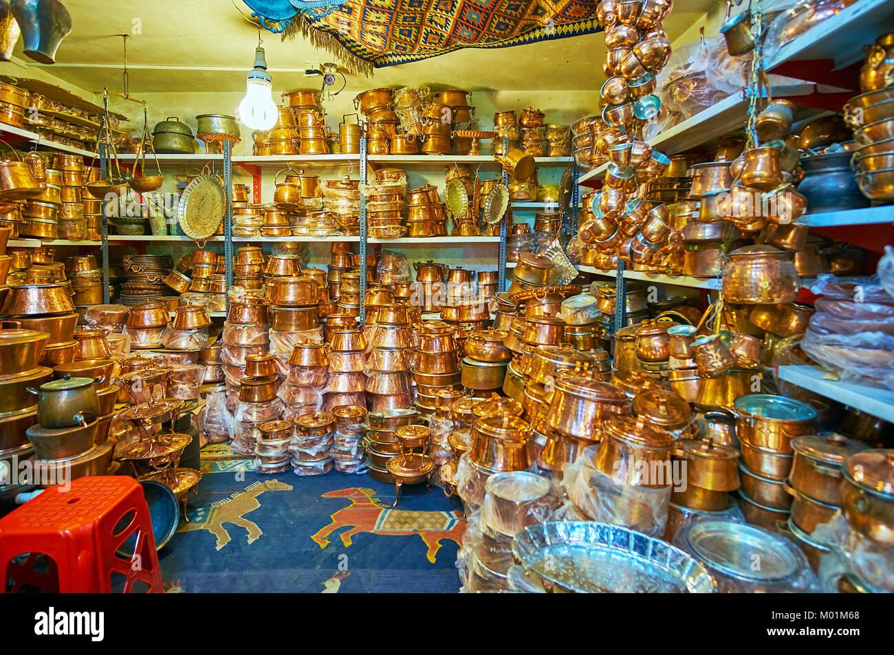 SHIRAZ, IRAN - 12 octobre 2017: Le Bazar d'Ordu est célèbre pour ses nombreux ateliers de cuisine en cuivre et Banque D'Images