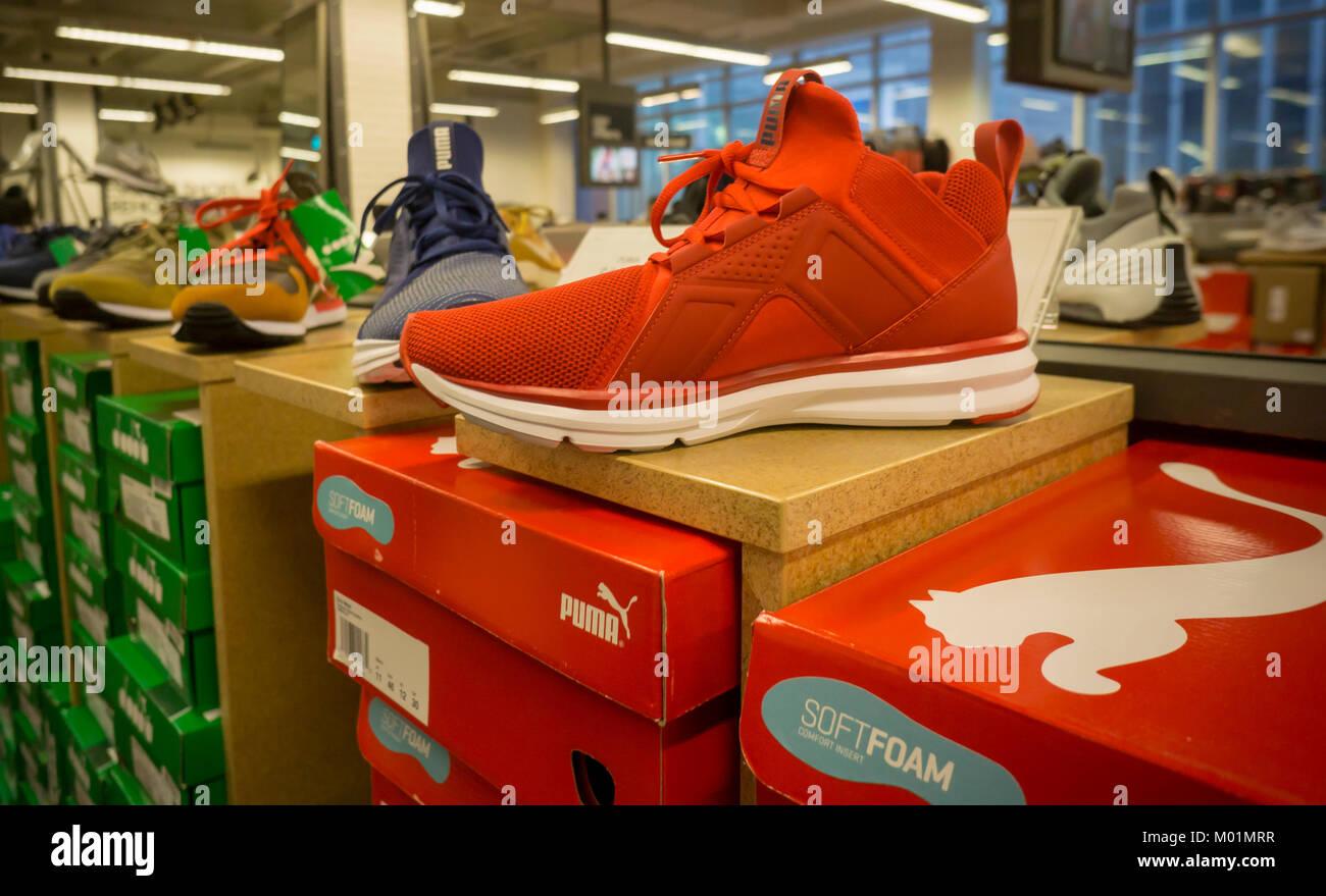 d69ded402cb526 Marque Puma baskets dans un magasin de chaussures à New York vendredi, 12  janvier 2018. La société française Kering cédera de Puma, le retour 70 pour  cent ...