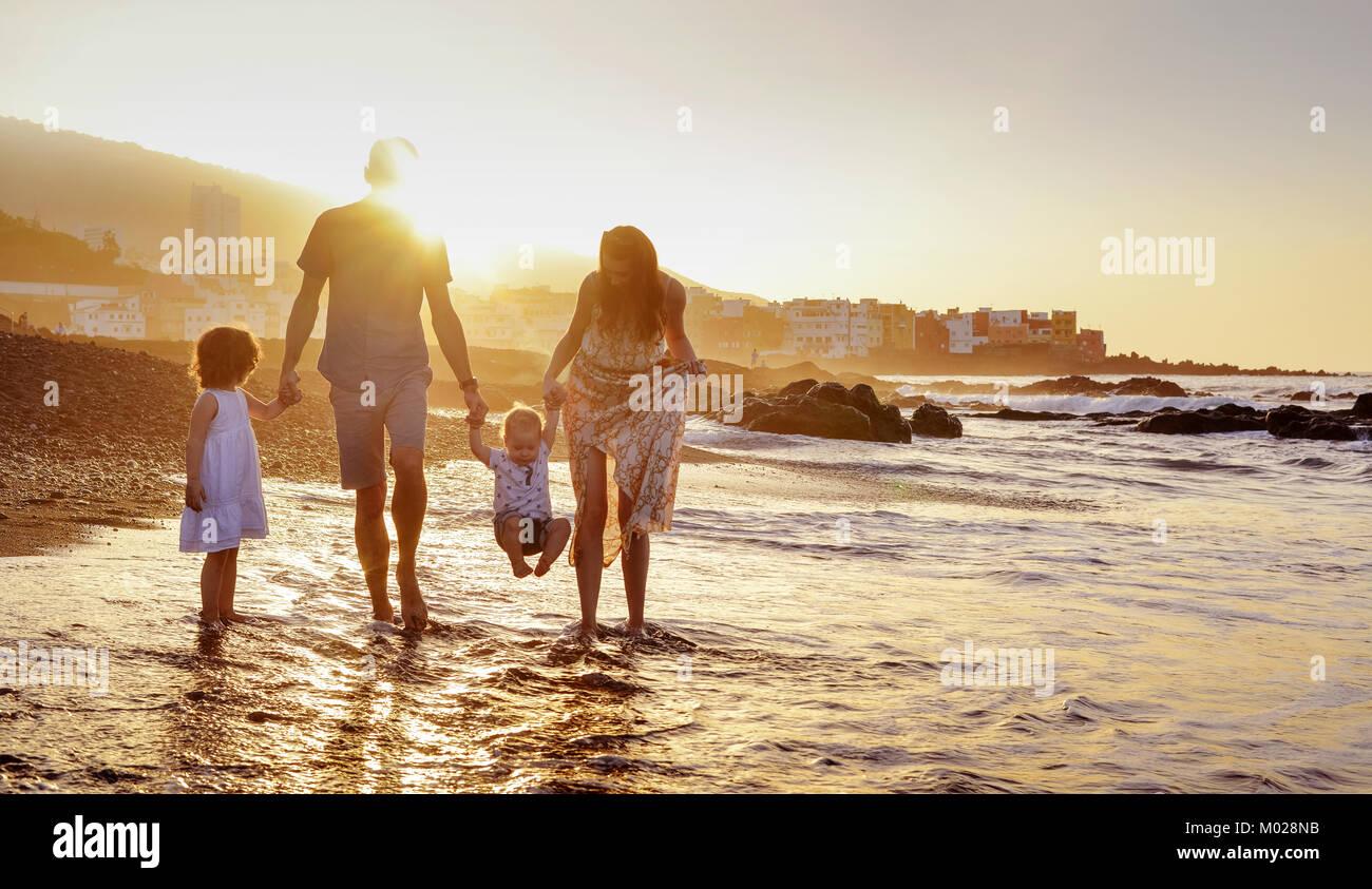 Famille heureuse s'amusant sur une plage d'été, portrait Photo Stock