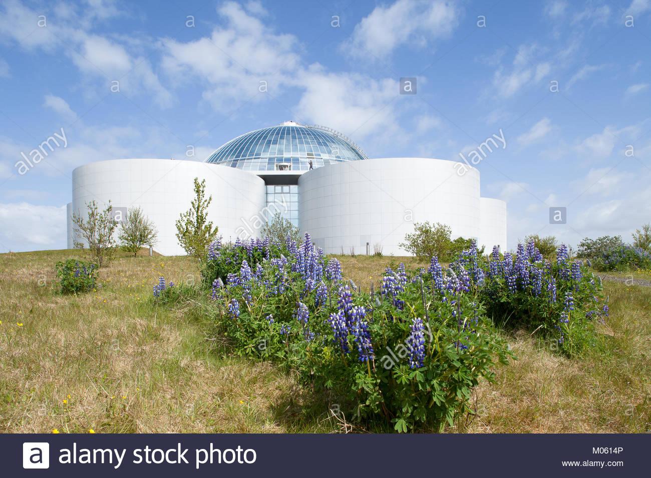 """Les réservoirs d'eau chaude de 'Perlan"""" fournir l'énergie géothermique de la ville Photo Stock"""