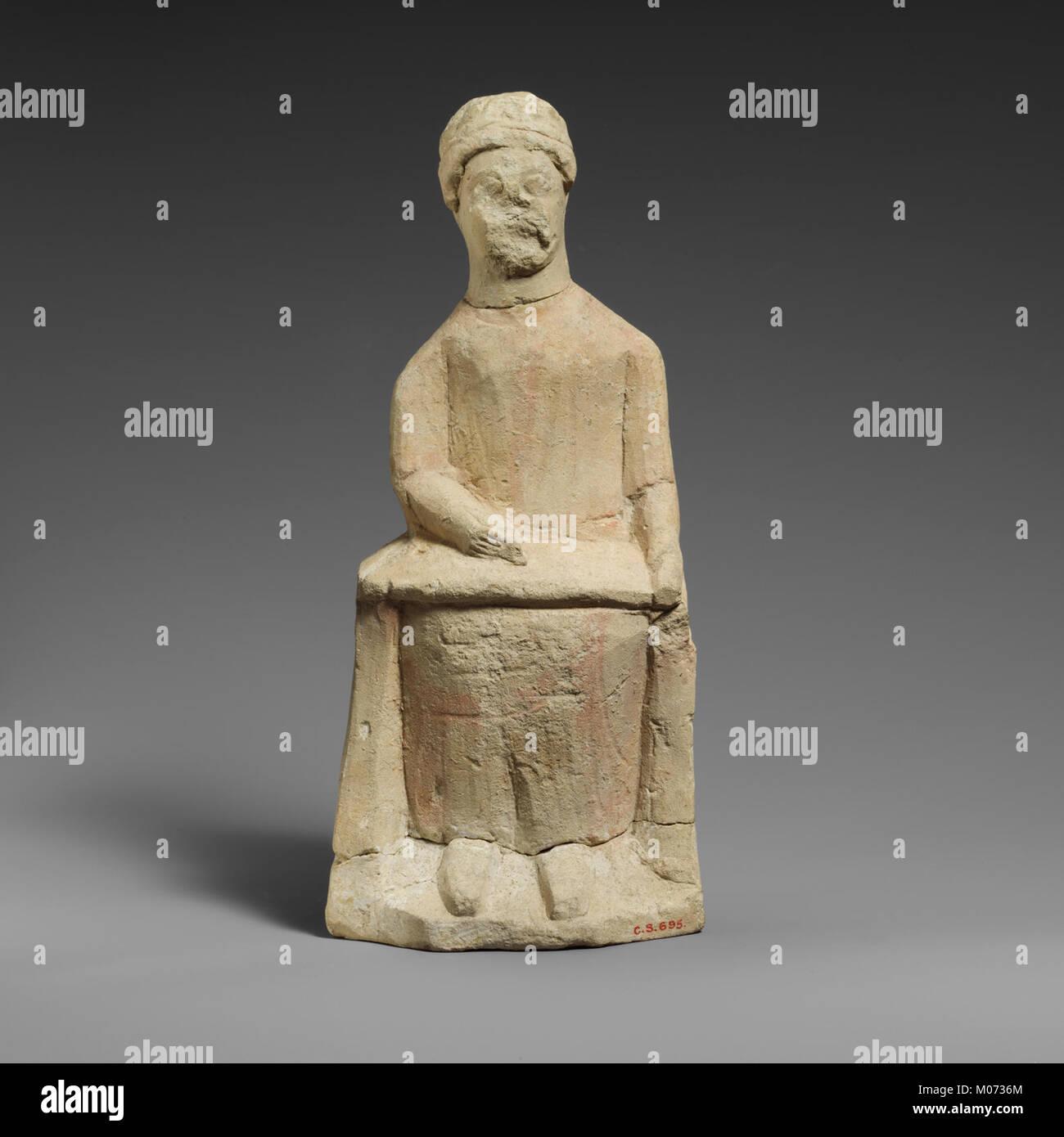 Statuette en pierre calcaire d'un homme imberbe votary assis sur un rouleau d'écriture rencontré DP160659 Banque D'Images