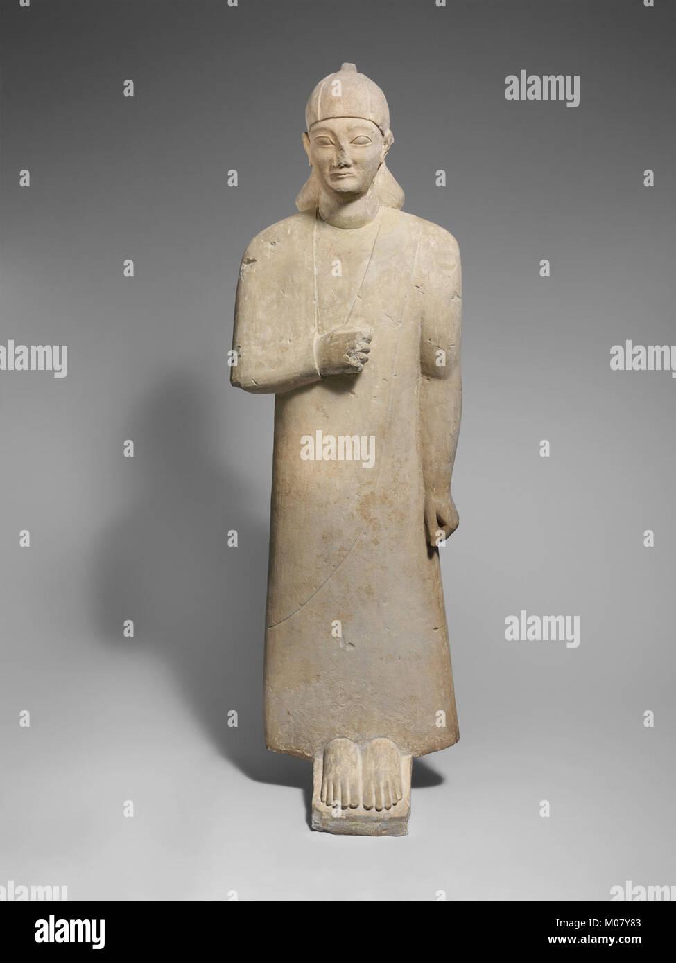 Votary calcaire d'un homme imberbe portant un long vêtement et d'un casque conique rencontré DP216660 Banque D'Images