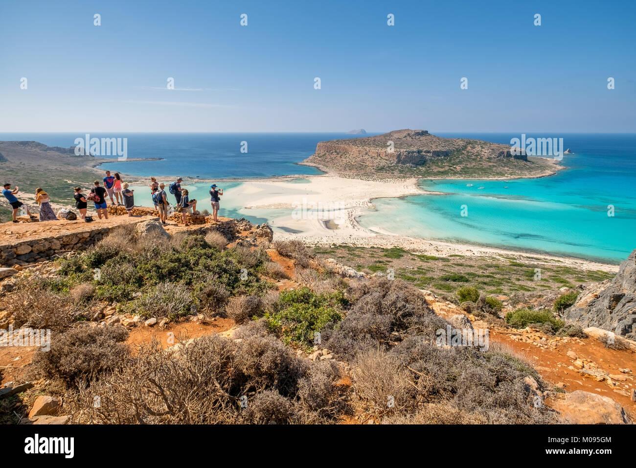 Voir avec les touristes sur la plage de rêve, plage de Balos, plage de sable de la péninsule de Gramvousa, Photo Stock