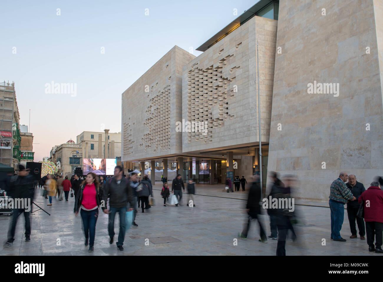 La Valette, Malte. 18 janvier, 2018. Les piétons en passant devant le Parlement européen à La Valette, Photo Stock