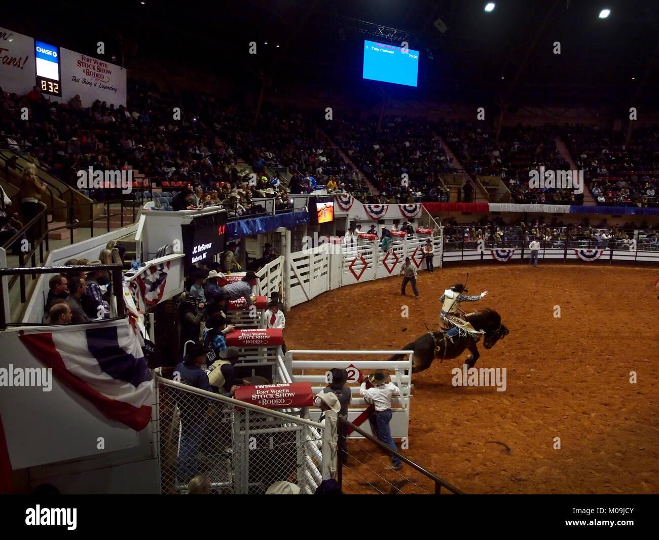 Fort Worth, USA. 19 Jan, 2018. Rodéo d'ouverture à la plus vieille piscine rodéo au monde, le Fort Worth Stock Show and Rodeo célèbre 100 ans de compétition à l'intérieur. Photo de cowboy professionnel participant à la voltige en événement. Le Rodeo est sanctionné comme un professionnel Rodeo Cowboy Association événement. Crédit: J. G. Domke/Alamy Live News Banque D'Images